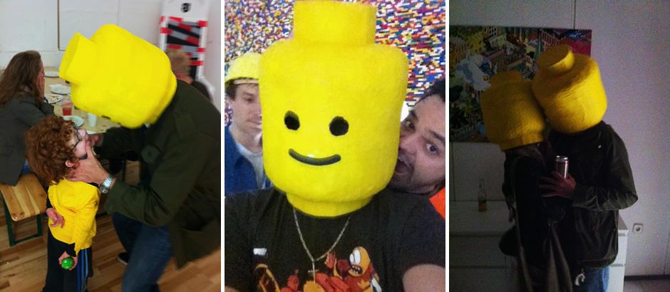 Menschen auf Partys mit Lego-Köpfen
